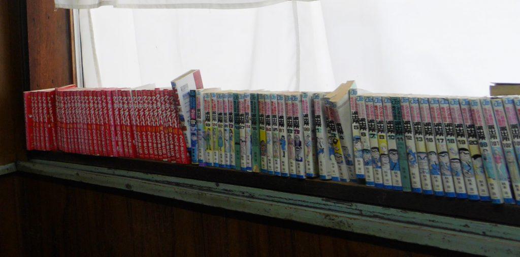 棚に並べられた「クッキングパパ」と「こち亀」の漫画