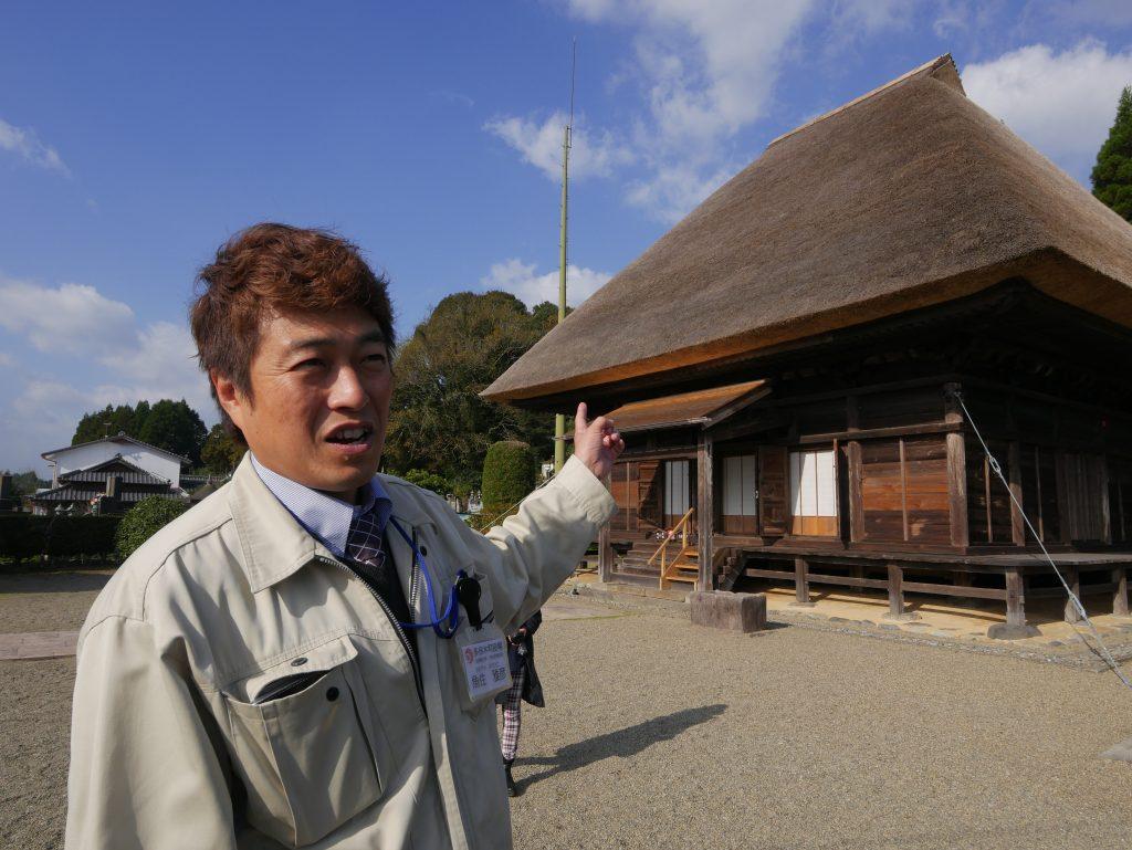 青蓮寺阿弥陀堂を紹介する魚住さん