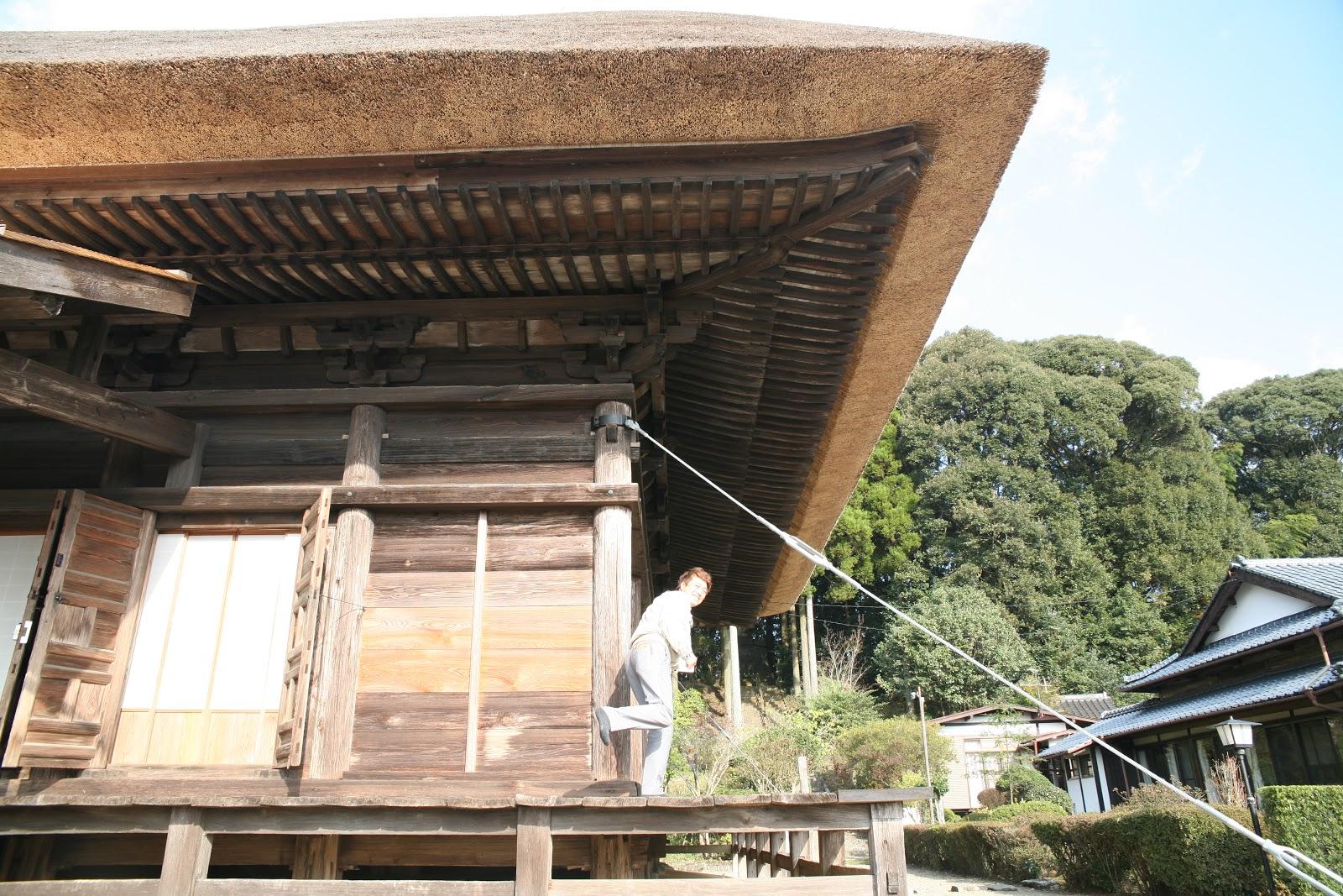 茅葺屋根のお堂
