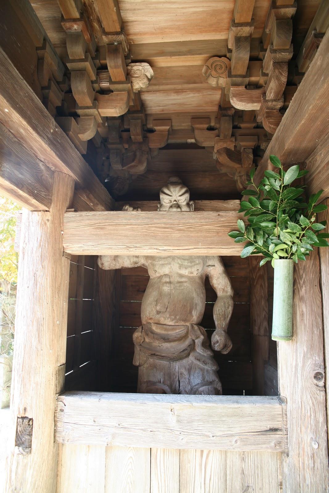 右手を上げる木造仁王像