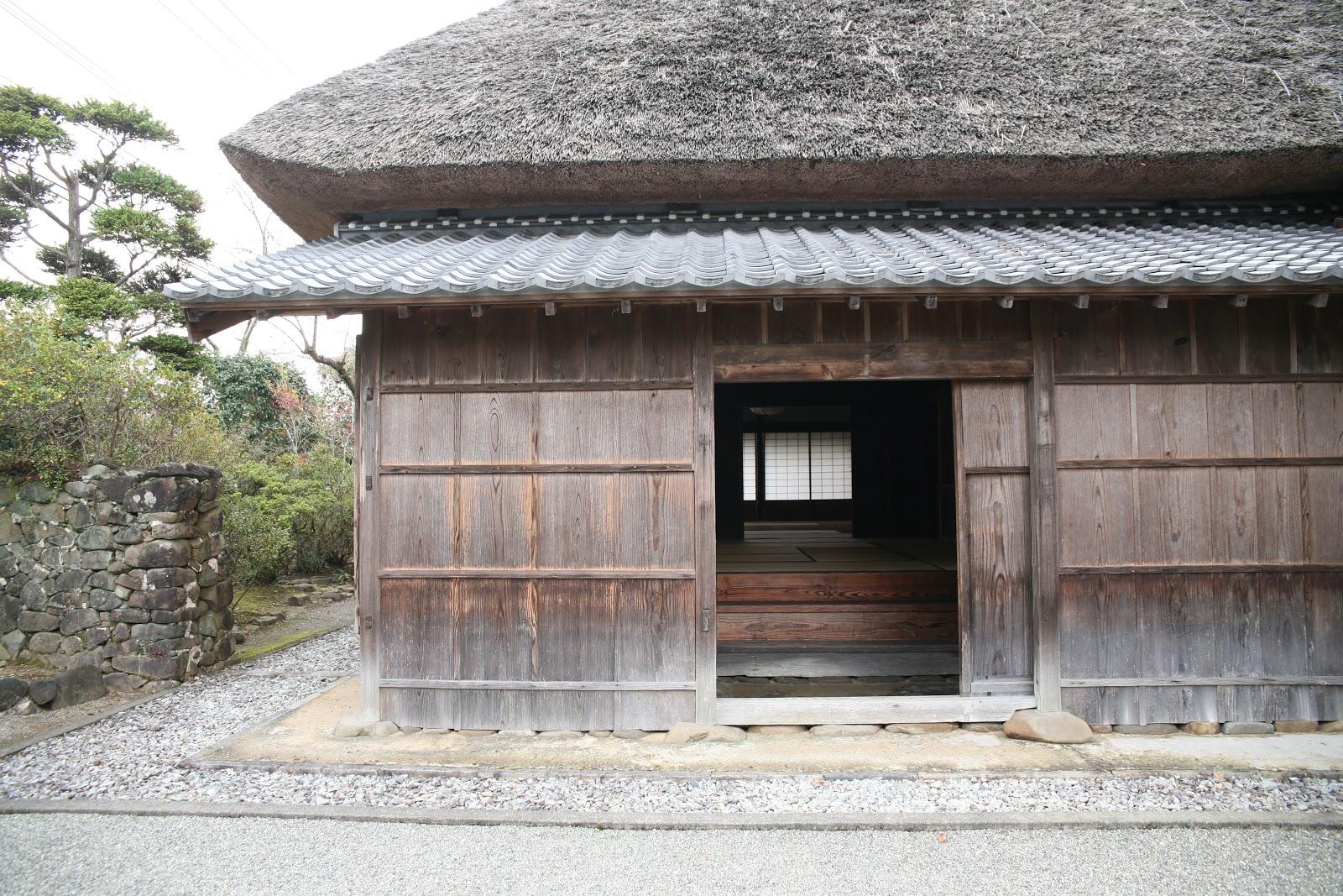 茅葺屋根の外観